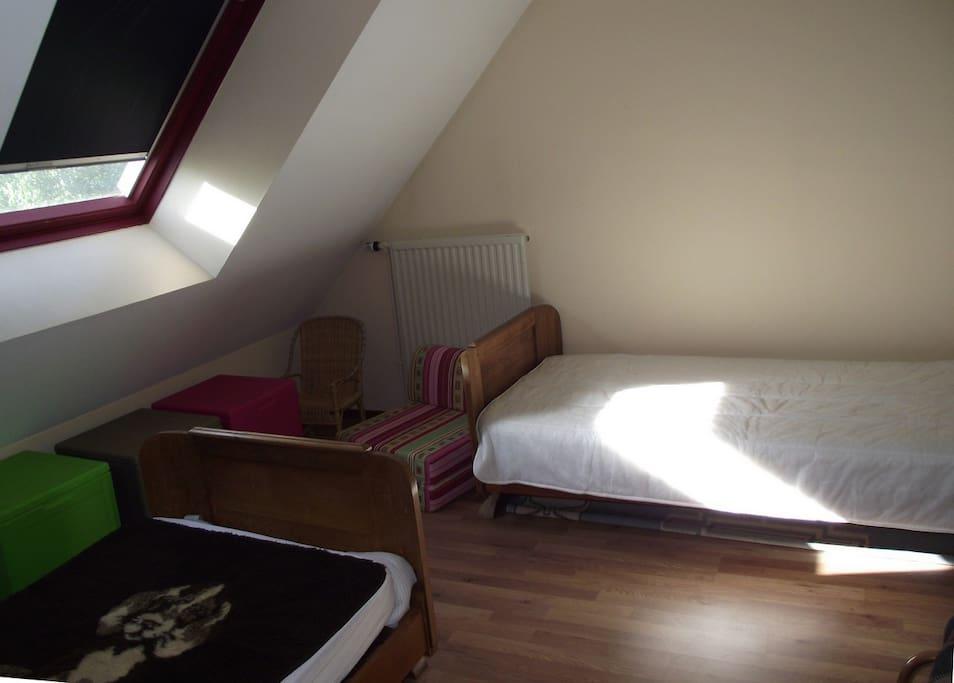 La chambre à l'étage avec 2 lits