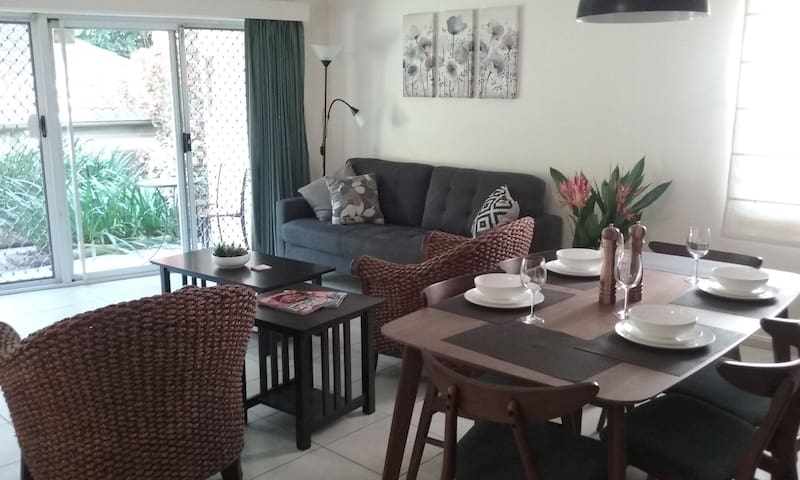 Convenient 3 Bedroom Apartment (Family Friendly) - Cairns North - Apartment