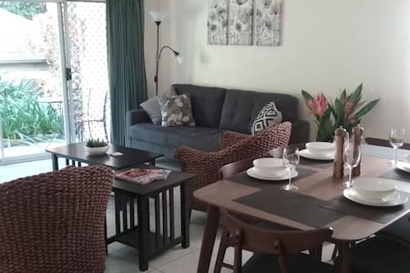 Convenient 3 Bedroom Apartment (Family Friendly) - Cairns North