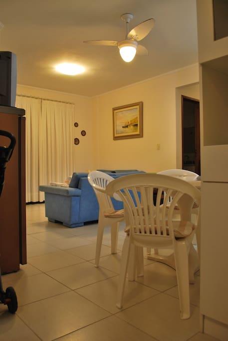Sala integrada à cozinha e copa.