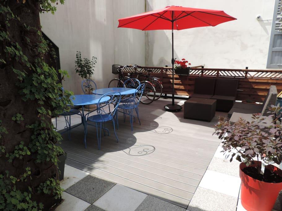 cour intérieure avec salon de jardin