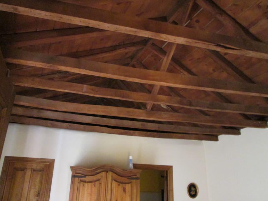 La decoración de los techos de la habitación y el salón son vigas de madera