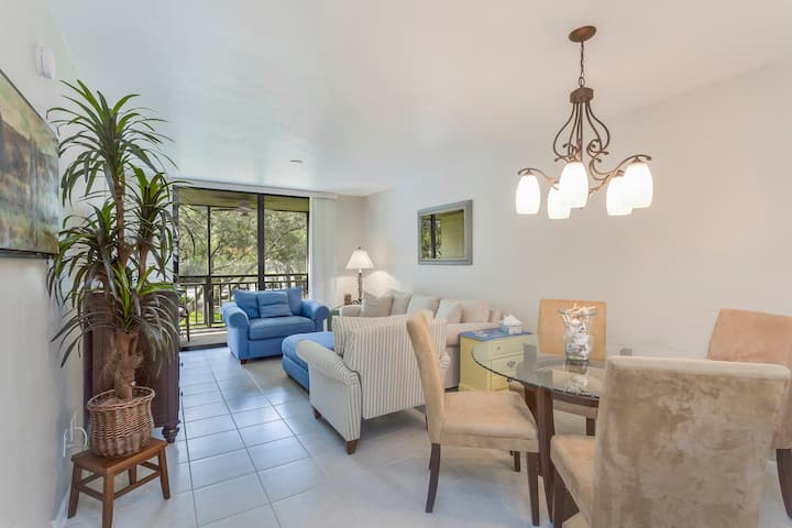 Bright & cozy condo with close beach access & private shuttle