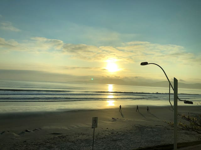 Vista exuberante e definitiva de frente ao mar.