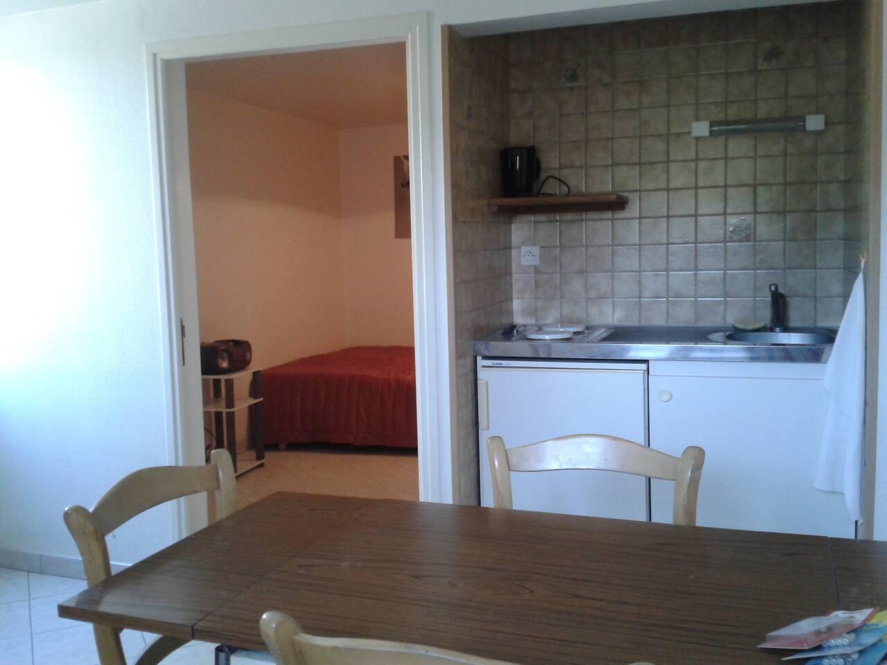 Photo de la chambre prise de la cuisine