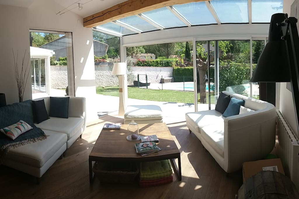 Salon avec vue sur le jardin