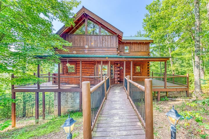 Mountain view cabin w/ shared pool, private hot tub & game room w/ pool table
