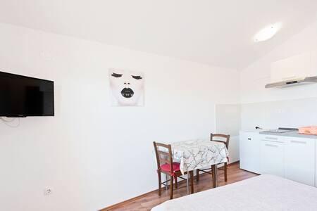 Encantador apartamento con balcón en Posedarje