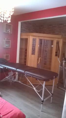 chambre (1) avec sauna et table de massage