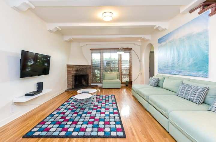 9904 - Charming Beverly Hills 2 bed 2.5ba Townhome