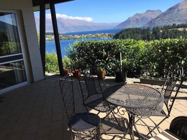 Private Room, Short Walk to Town. Lake Views