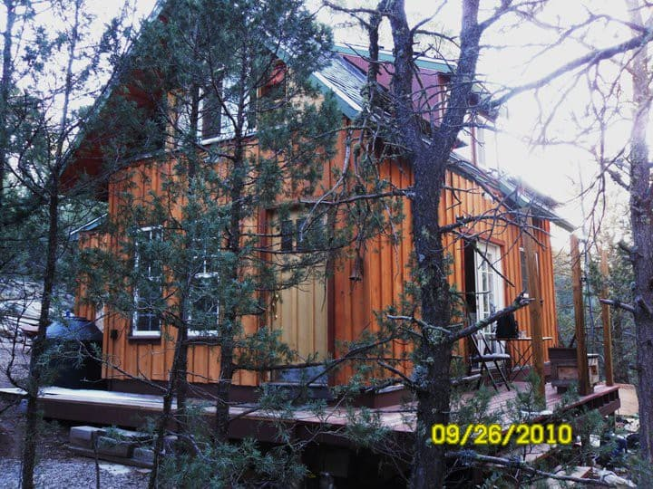 Mini  Cabin off-grid in the woods