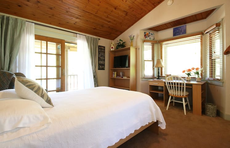 Wine Country Haven:  Sunset Room-Private Bath