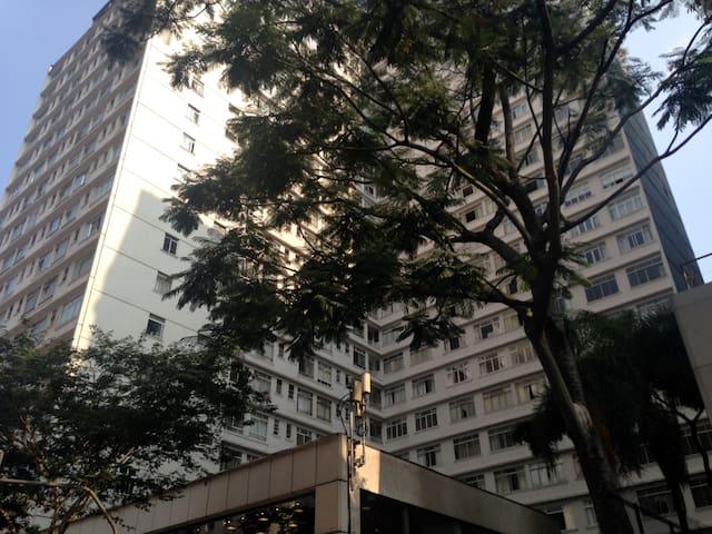 Fachada do edifício na Av. Paulista. The building at Paulista Ave.