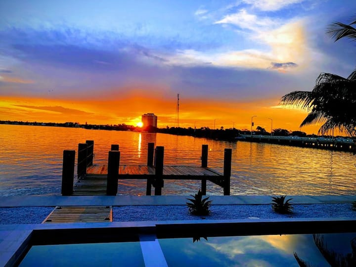 Best Sunset Bayfront villa w/ pool & jacuzzi -