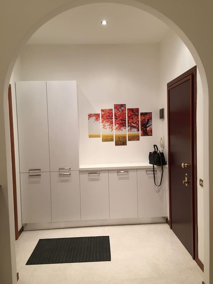 Entrata (vista dalla cucina) / Entrance (view from kitchen)