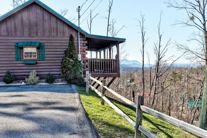 Amazing Views! Hot Tub,Pool Table,Fireplace,Relax!