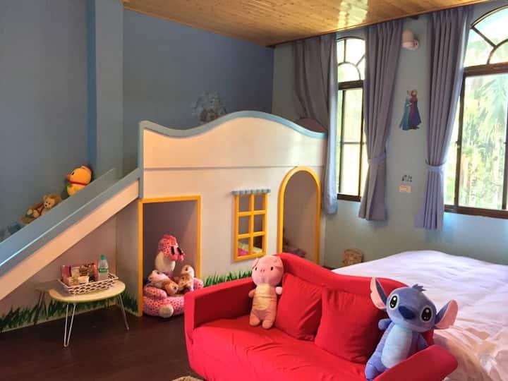 夢幻溜滑梯公主房 是薇森民宿親子房 裡面有幫孩子們準備衣服可以角色扮演