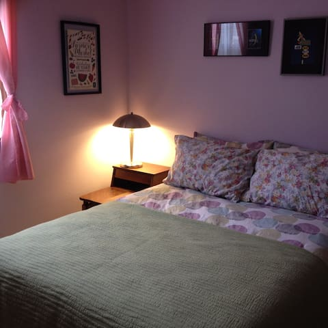 Quiet comfortable room close to UCONN and ECSU