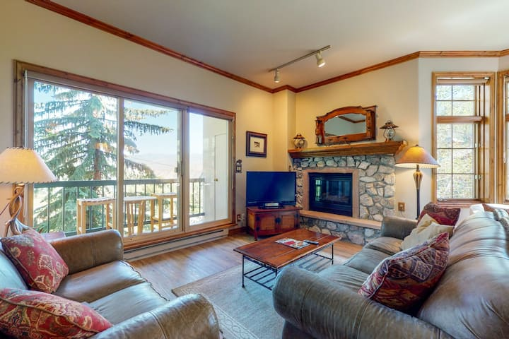 Delightful ski-in/out condo w/ gas fireplace, W/D, WiFi & shared pool/hot tubs!