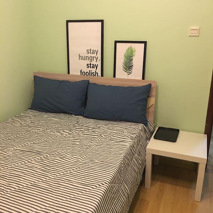舒适的双人床,明亮清新