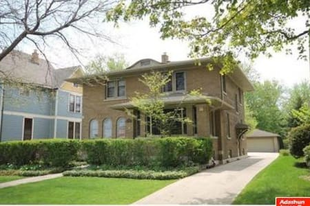 Your EAA Home: Beautiful Colonial (Lake/Downtown) - Oshkosh - Haus