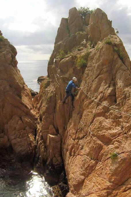 Klettersteig über dem Meer in Katalonien