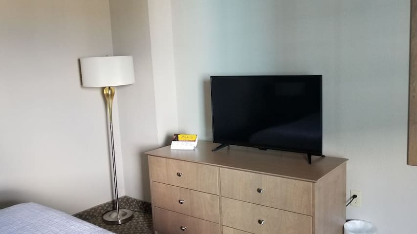 Bedroom flat screen TV with cable am free Wi-Fi