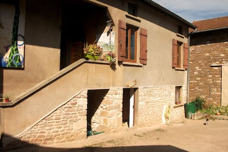 Chambre indépendante dans village maconnais. - Burgy - 公寓