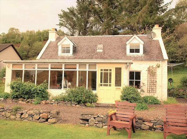 Camuslongart Cottage (road-end by the shore) - Dornie