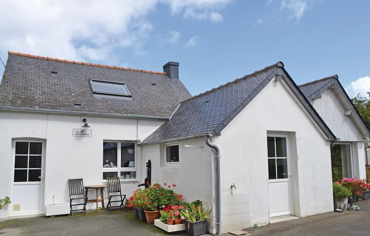 Holiday cottage with 2 bedrooms on 83 m² in Pleurtuit