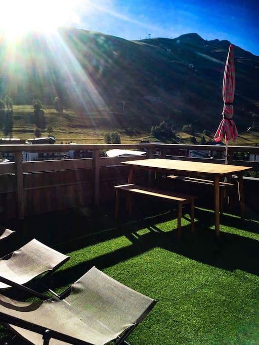 Terrasse solarium/rooftop l'été avec BBQ, table, bancs, transats, parasols, éclairage...