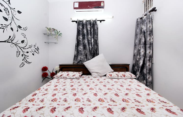 Cozy private room. Close to airport - New Delhi - Appartement