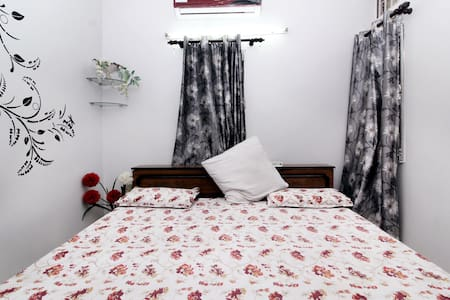 Cozy private room. Close to airport - New Delhi - Daire