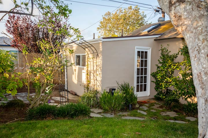 Studio Guesthouse Near LMU, LAX, and Silicon Beach