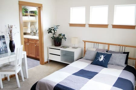 Bright room with private bathroom - Portland - House