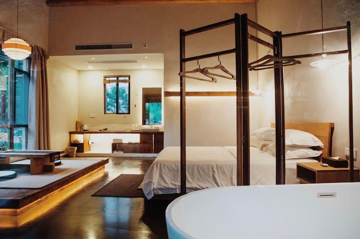 屋内设施齐全,有独立浴缸,可泡澡观风景。还拥有独立卫浴间。