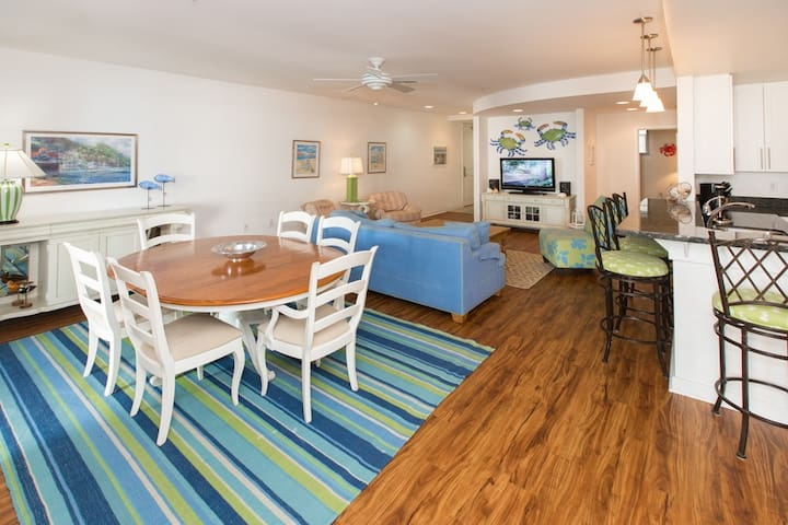 B212 Summer Daze: Beautifully Decorated Three Bedroom Courtyard Unit Overlooking the Pool