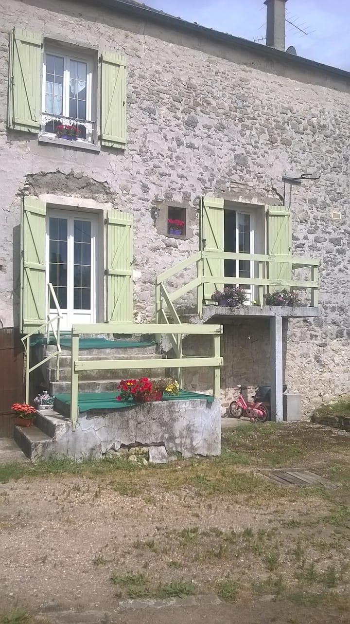 maison en pierre dans village