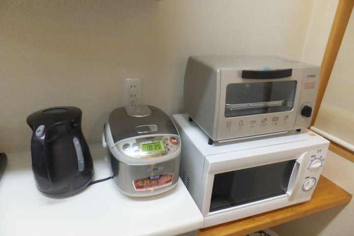 オーブントースター、ケトル、炊飯器、電子レンジを用意してあります。toaster, electric kettle, rice cooker and microwave equipped.