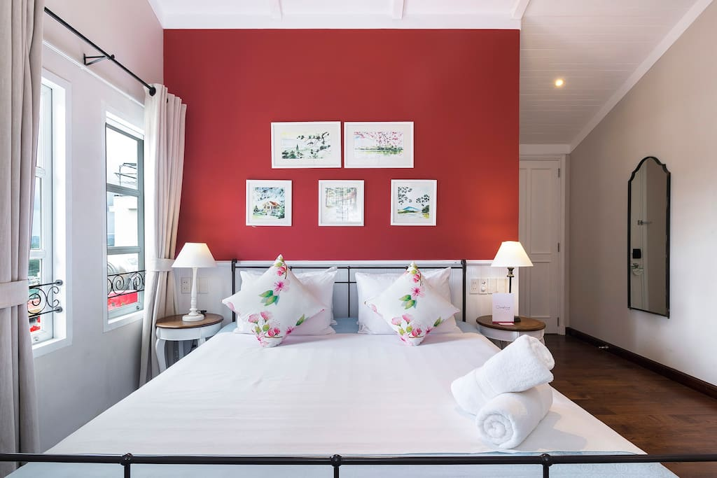 Passionate red is the theme color of this suite