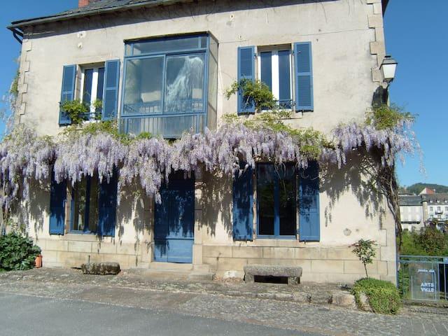 Jardin des arts houses for rent in argentat france for Entretien jardin dordogne