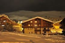 Vue nocturne du chalet Edelweiss en hiver avec Vallée Blanche en fond