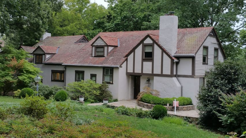 Mountain Tudor minutes from Downtown - Lookout Mountain - Casa