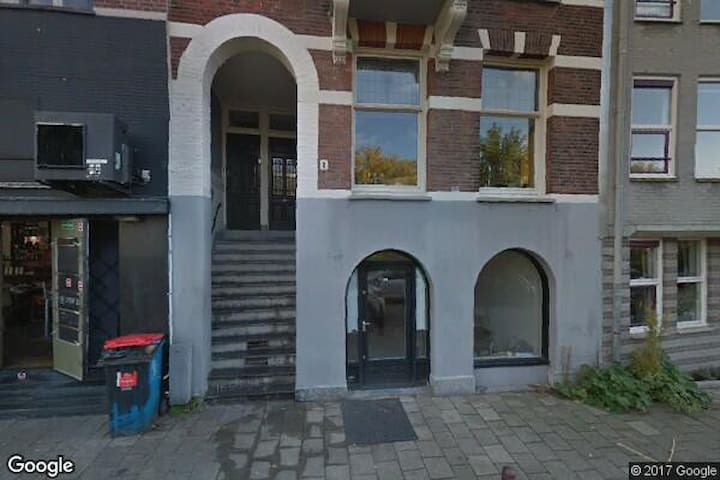 Traditional Amsterdam appartment with canalview