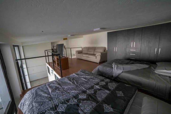 La Habitación número 2 cuenta con 2 camas matrimoniales, 1 sofa cama matrimonial, closet, sala de TV con Pantalla Curva, TV por Cable, Netflix, YouTube, DVD y películas varios títulos en Blue Ray, XBox y Vista hacia Jardín, Piscina, Sala- Comedor