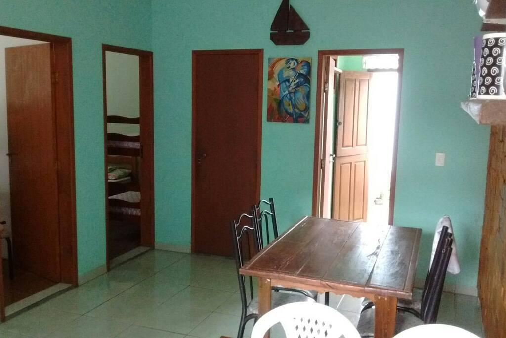 parte da sala e porta dos quartos, banheiro e área de serviço