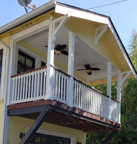 Elegant, detached studio with balcony south of UO.
