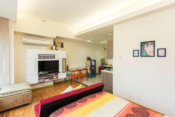 Bright and sunny studio with a comfy full sized queen bed.