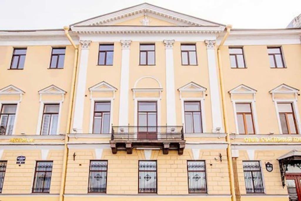Дом с видом на Неву, второй этаж  -  квартира, окна справа :)